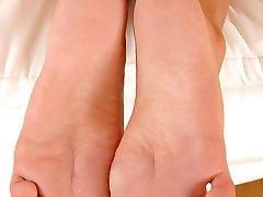 Barefoot solo of Aneta Keys