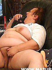 Big mature slut loves to play with herself