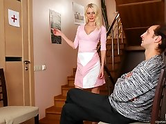 Blond takes the most from her cable-on waiting for her turn to the doctor