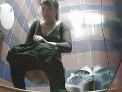 Kinky voyeur spies after hot pissing babes