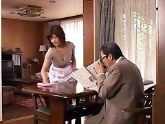 성숙한 일본의 어머니는 욕망은 젊은 닭