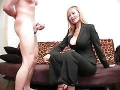 Brutalt Dominant Kvinna Boll Busting 08 - Scen 4