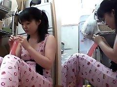 Asiatiska tonåring skär dildo