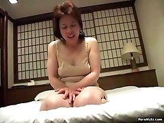 Asiatiska mormor infogar en vibrator i hennes fitta