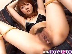 Saki Tachibana atado obtiene de juguetes sexuales en el culo