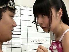 Slim Japonais nageur Tsubomi baiser pour de multiples éjaculations