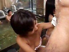 Bir partide Asyalı kızlar dizlerinin üzerinde bazı horoz yemek