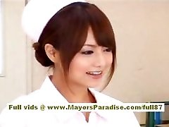 Akiho Yoshizawa Sexy enfermera Asiática disfruta de las burlas de la médico