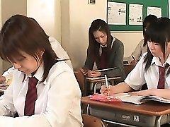Asiático de la escuela de babe en cuerdas parpadea chocho upskirt en clase