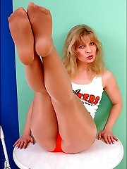 Angel als hooter girl in shiny suntan pantyhose