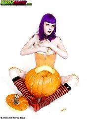 Purple-haired big boob goth inserts pumpkin seeds