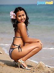 Joon Mali in bikini