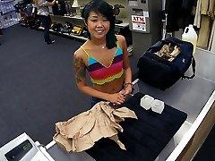 petite asiatică intră și vinde lucrurile ei și păsărică strans