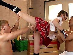 flexibil fata se fute cu doi tipi in gimnaziu