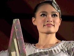 superba fată chineză efectuarea moartea sfidând cascadorii