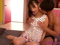 Giapponese piccola squirting mentre fingered