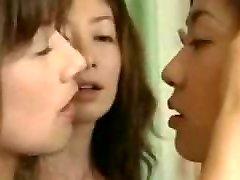 doua asiatice lesbiene seduce o fată direct