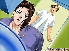 माँ और उसके स्तन दबाना