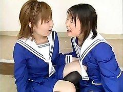 दो जापानी स्कूली छात्राओं झटका कई दोस्तों और सह स्वैप