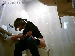 एशियाटिक महिला जासूसी सार्वजनिक शौचालय में पेशाब