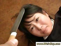 Asiatischen Dienstmädchen bekommt gedemütigt und behandelt wie dreck in diesem clip