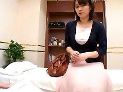 एक सेक्स चिकित्सक मांसलता की जाँच अपने एशियाई मरीज