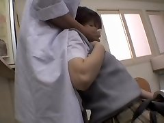 सींग का बना जापानी नर्स ने एक करने के लिए अपने मरीज