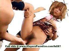 किशोर जापानी मॉडल के साथ मज़ा है एक नंगा नाच
