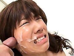 एशियाई स्कूल लड़की ब्लोजोब के साथ सुनहरे बालों वाली चेहरे की