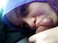 Sucky-sucky Hijab Girlfriend In The Car
