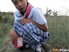 Filipina schoolgirl humped outdoors in open field by tourist