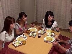 Kotatsu הוא ה-Hangout של האחיות למה אתה לא לשים בחדר