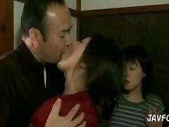 גיא טובע בנשיקות יורקות מאישה ובת חורגת