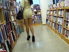 Hosszú lábú ázsiai ribanc upskirt bugyi nélkül