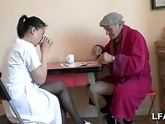 Papy se fait un petit Sixty-nine avec une asiatique