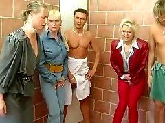 Esclave Г pisse dans les urinoirs