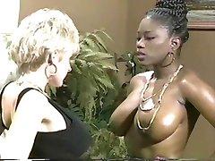 काले और amp;amp; Ashe जाने स्तनों-2-स्तनों