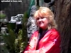 retro blond bunica