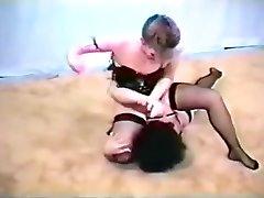 retro mame luptă în lenjerie