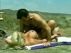 Klassische Hugetitted Babe Knallte an den Strand