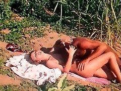 Wilder sex mit sexy und vollbusigen blondie in exotischen Orten in Afrika
