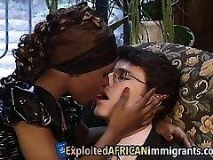 afrikanske tenåring som har ridning store hvite schlong