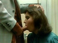 secretara suge boss's penisul la birou's, baie