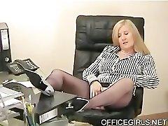dolofan secretar tachinează în birou, în ciorapi de mătase albastru