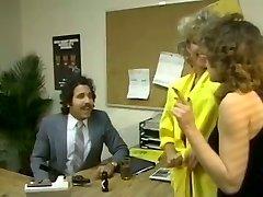 Bacuľaté brunetka tajomník dostane položil s nafúkaný Arabských chlap