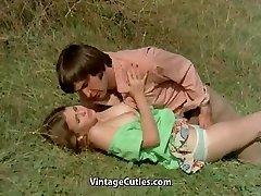 Mies Yrittää Vietellä teini Niityllä (1970 Vintage)