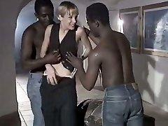 Valkoinen huora vaimo Rebeca antaa innokas suihin duo iso musta keikari