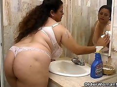 Latina Plumper Rosaly makes cleaning the bathroom a bliss