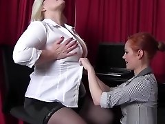 Busty English GILF dyke makes young girl jizz with her tongue