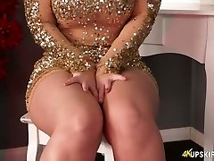 Round blonde mommy Nikki Lee exposes her ultra-cute ass